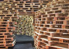 This pavilion is a temporary, experimental structure, constructed from identical flexible and demountable elements in the form of pallets. The question we have asked ourselves here is how we can build a temporary structure, taking into account the long term.