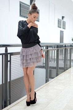 niezwykle delikatna i dziewczęca spódnica z falbankami falbanki wykonane są z zwiewnej siateczki oryginalnie zapakowana z kompletem metek wykonana z najlepszych materiałów modny design i niepowtarzalny wygląd idealna do codziennych stylizacji, ale także tych elegantszych dostępna w rozmiarach XS, S, M, L, XL