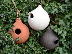 Winter König Knödel in drei Farben - Ceramic bird houses Ceramic Birds, Ceramic Clay, Ceramic Pottery, Ceramic Bird Houses, Gourds Birdhouse, Birdhouses, Hanging Wall Planters, Sculpture Clay, Cold Porcelain