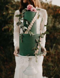 green gold wedding cake    #weddingcake #emeraldcake