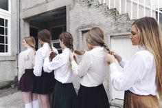 Helping your housemates get their uniform straight for the day - Healthy Living Guide Film Manga, Gallagher Girls, Prep School, Girls Series, Isabelle, How To Pose, Poses, Mode Vintage, Girl Gang