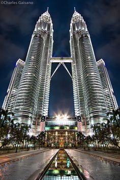 The Petronas Towers, also known as the Petronas Twin Towers, are twin skyscrapers in Kuala Lumpur, Malaysia. Malaysia Travel, Asia Travel, Futuristic Architecture, Amazing Architecture, Kuala Lumpur, Places To Travel, Places To Visit, Amazing Buildings, Travel Alone