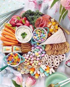 Easter Grazing Board Jump on the grazing board trend and make a beautiful cheese. Easter Grazing Board Jump on the grazing board trend and make a be Hoppy Easter, Easter Eggs, Easter Food, Easter Decor, Easter Table, Easter Brinch Ideas, Easter Dinner Ideas, Easter Salad, Easter Funny
