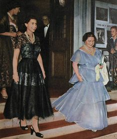 Queen Elizabeth II attends the theatre with Princess Margaret and the Queen Mother, 1954 Young Queen Elizabeth, Princess Elizabeth, Princess Margaret, Hm The Queen, Royal Queen, Her Majesty The Queen, English Royal Family, British Royal Families, Elisabeth