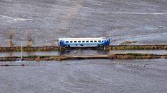 Integraba una formación de pasajeros que tuvo que detenerse, en la madrugada del lunes, por el colapso de un puente ferroviario.