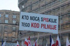 """""""Uważaj! Mały brat patrzy"""". Transparenty na marszu KOD w Warszawie"""