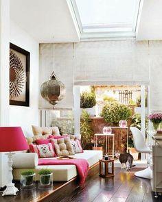 Decorar con muebles exteriores en espacios interiores, como la sala, te inspirarán tranquilidad y convertirá el ambiente en tu lugar preferido para descansar. Puedes incorporar materiales y detalles naturales que te ayuden a acentuar el estilo.