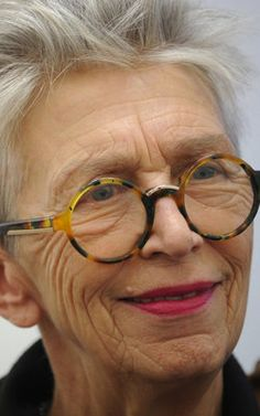 Niektórzy z niego umieją skorzystać, inni nie. Stylish Older Women, Mode Simple, Beautiful Old Woman, Advanced Style, Ageless Beauty, Going Gray, Eyeglasses For Women, Aging Gracefully, Grey Hair