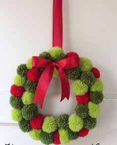 Guirlanda Christmas Pom Pom Crafts, Knitted Christmas Decorations, Crochet Christmas Gifts, Xmas Wreaths, Noel Christmas, Christmas Knitting, Xmas Decorations, Holiday Crafts, Christmas Ornaments
