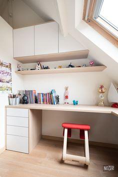 Een bureau op maat voor uw zoon of dochter. Huiswerk maken is nog nooit zo leuk geweest :-). Mooi op maat en made in Belgium Roof Window, Kid Desk, New Room, Bookshelves, Home Office, Corner Desk, Kids Room, Home And Family, Bedroom Decor