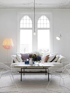 love the airy vibe and those windows, c'mon!