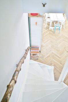 Treppengeländer aus Baumstamm / Banister of tree trunk. Wood Handrail, Wood Stairs, Banisters, Stair Railing, White Staircase, Herringbone Wood Floor, Floors And More, Home On The Range, Painted Stairs
