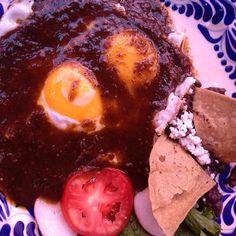 Huevos con salsa de chile pasilla