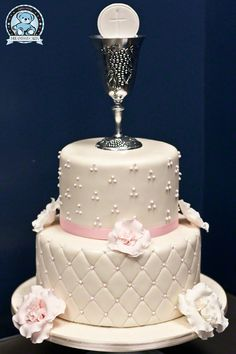Looking for some creative ideas for cross First Communion cakes? You will find lots of great photos including ones displaying Communion cupcakes. Comunion Cakes, First Holy Communion Cake, Religious Cakes, Confirmation Cakes, Communion Favors, Communion Dresses, Girl Cakes, Beautiful Cakes, Cake Designs