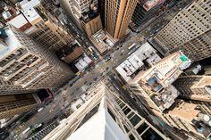 Le photographe américain Navid Barathy s'est penché depuis le sommet des gratte-ciel vertigineux de New York pour capturer les rues vues du dessus.