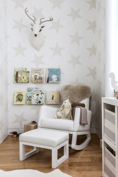 Neutral Nursery with Star Wallpaper - Project Nursery chambre d'enfants kids room bedroom décoration