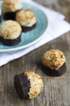 Healthy coconut balls with chocolate 02 Healthy Sugar, Healthy Cake, Healthy Baking, Healthy Desserts, Delicious Desserts, Baby Food Recipes, Sweet Recipes, Baking Recipes, Snack Recipes