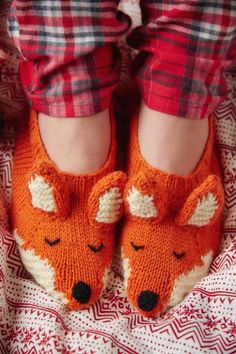 Sewing For Beginners Free Knitting Pattern for Fox Slippers - Knit flat with ears, nose and tail sewn on and embroidered eyes. Pattern has photo tutorial. Designed by Louise Walker for Mollie Makes who says this is suitable for beginners - Knitting For Kids, Knitting For Beginners, Knitting Socks, Knitting Projects, Knitting Tutorials, Knitting Needles, Fox Slippers, Knitted Slippers, Knitting Patterns Free