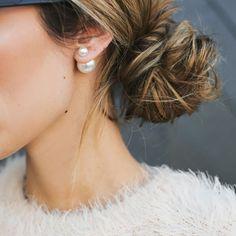 Os brincos de pérolas da Dior fizeram tanto sucesso que se tornaram o acessório do momento.