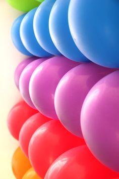 Un muro de globos, idóneo para una fiesta arcoiris / A wall of balloons, ideal for a rainbow party