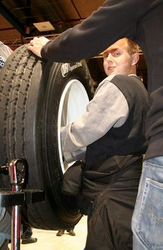 Patrick Nielsen fra Mekonomen Autoteknik - ES Motor benyttede lejligheden til at afprøve en masse nyt værktøj på FTZ Fagmessen 2014.   Billedet af taget af Mads Grotenberg   Mekonomen Autoteknik - ES Motor   www.es-motor.dk