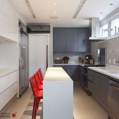 As letterbox windows, que são essas janelas longas, estreitas e horizontais, são uma boa opção para levar luz natural à cozinha sem comprometer a privacidade. Cozinha @kitchens_brasil  #projetosadalagomide