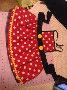 Hottest Free of Charge easy sewing apron Concepts Ideas For Kitchen Diy Sewing Apron Patterns Dress Up Aprons, Cute Aprons, Fabric Crafts, Sewing Crafts, Sewing Projects, Sewing For Kids, Baby Sewing, Disney Aprons, Child Apron Pattern