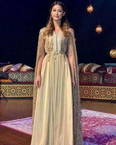 Caftan moderne marocain avec cape sans manches - ceinture fine royal Caftan  Haute Couture 68468fb07cd