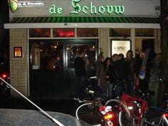 Ontmoetingsplaats van journalisten, kunstenaars en zakenmensen in Rotterdam; Café De Schouw in de Witte de Withstraat.