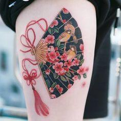Cherry blossoms and a sparrow drawn in a fan with a red butterfly knot tattooistsionflowertattoo floraltattoo korea koreanartist tattooistsion colortattoo flower flowers oriental tatuagem oriental feminina 80 ideias milenares para voc escolher a sua Fan Tattoo, Tattoo Foto, Tattoo Ink, Mini Tattoos, Tattoos For Guys, Piercings, Piercing Tattoo, Forearm Tattoos, Body Art Tattoos