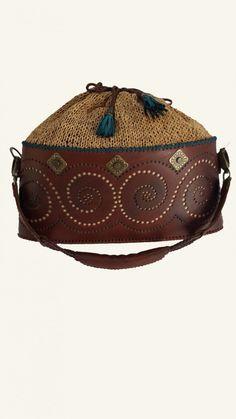 Özgün tasarım deri çanta.. (Alt kısmı gerçek dana derisi ve delik motifli, üst kısmı gerçek deri ipten el örgüsü, dekoratif el dikişli, metal aksesuarlı)