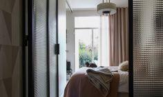 Une chambre lumineuse, un havre de paix, qui n'a pas échappé au chat de la famille ! Plaid Hermès, et linge de lit AM PM. Lampe vintage, à découvrir sur le site!