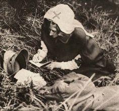 Una enfermera de la Cruz Roja copia las últimas palabras de un soldado británico. (1917)