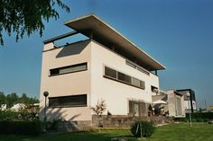 Villa Bianca in Seveso, north of Milan, is a good example of Italian Rationalism by architect Giuseppe Terragni. The house is one of many he designed in Milan and vicinity, all of them experiments that show his research on shape, even in the face of Bauhaus, Modern Architecture Design, Architecture Photo, Le Corbusier, International Style Architecture, Villa, Art Deco, House Design, Rationalism