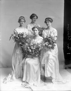 Mary Evans &  Bridesmaids, 1913, unknown location. From the Barden Collection, North Carolina State Archives.