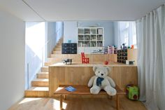 建築造型酷似山丘的住宅,內部運用階梯創造不同高低的生活空間,把生活動線與機能結合樓梯,讓內部居家空間呼應建築結構,而層次讓家有更多的想像。 via 駒田建築設計事務所