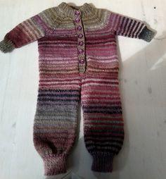 Fin strikket Nøstebarn dress i garntypen Drops Big Delight - veldig mykt og godt garn.