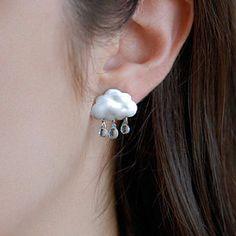 下着雨的云朵耳钉,来自加拿大女手工艺者Joojoo Land 的创意。整体造型小巧可爱,作为耳饰恰到好处。你喜欢吗