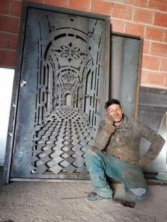 Awesome Door With A Built-In-Illusion pics) Front Gate Design, Door Gate Design, Metal Gates, Wrought Iron Gates, Metal Wall Art Decor, Metal Art, Cnc Cutting Design, Metal Garden Art, Grill Design