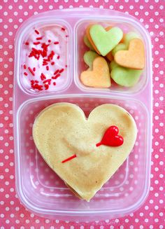 22 Bento Box Lunch Recipes for Kids. Are you looking for some healthier, fun options for your child's lunch? These 22 bento box lunches for kids are perfect for you. Valentines Day Food, Valentine Recipes, Valentines Breakfast, Lunch Box Bento, Lunch Boxes, Deco Fruit, Boite A Lunch, Valentine's Day, Cute Food