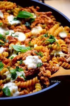 Zapiekanka mięsno-makaronowa z patelni FIT - Just Be Fit Be Strong! Yummy Pasta Recipes, Lunch Recipes, Cooking Recipes, Healthy Recipes, Deli Food, Good Food, Yummy Food, Food Design, Food And Drink