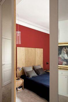 Une chambre avec tête de lit en bois - Déco de la chambre : choisissez votre style - CôtéMaison.fr