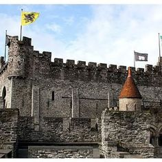 Castle Gravensteen in Gent in Belgium. | Die Burg Gravensteen in Gent in Belgien | Find out more: http://www.nicolos-reiseblog.de  @visit_belgium #photooftheday #amazing #picoftheday #instagood #instago #travel #traveling #holiday #vacation #travelling #instatravel #tourist #traveler #tourism #beautiful #belgium #gent #visitflanders #visitgent @visitgent @visitflanders.de @visitflanders #ghent #travelgram #travelblog #reiseblog #reisen #belgien #nofilter #sky #sun #gravensteen