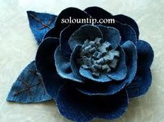 Pretty Denim Rose Flower from Old Jeans DIY Tutorial Denim Flowers, Cloth Flowers, Fabric Flowers, Paper Flowers, Jean Crafts, Denim Crafts, Artisanats Denim, Diy Fleur, Denim Ideas