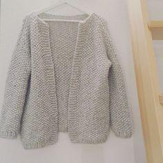 Dans ma série «tricote pour tes amis», j'ai fait un joli gilet au point de riz. J'ai utilisé un peu plus de 8pelotes de cloud de drops, colori gris perle.