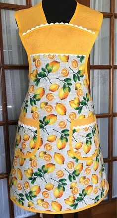 This sweet retro 1940 style apron will flatter most body types. The refreshing lemon print gives a modern flair to a vintage style.