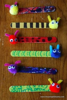 Book Buddies DIY Book Marks is part of Kids Crafts Bookmarks Popsicle Sticks These little book buddies are easy to make They're so cute and will make such a fun bookmark for the kids Take tongue - Bug Crafts, Daycare Crafts, Camping Crafts, Craft Stick Crafts, Preschool Crafts, Popsicle Stick Crafts For Kids, Insect Crafts, Lollypop Stick Craft, Kindergarten Crafts Summer