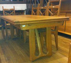 Robert GUILLERME et Jacques CHAMBRON Ensemble de salle à manger comprenant une grande table en chêne avec allonges et une suite de 8 chaises en chêne et paille. Circa 1960. Edition VOTRE MAISON Table:… - De Baecque & Associés - 17/11/2012
