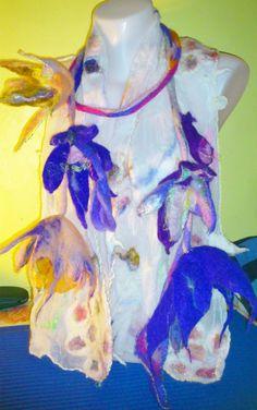 Collier de fleures bleues feutrées par TRICOFEUTRE sur Etsy, $63.00