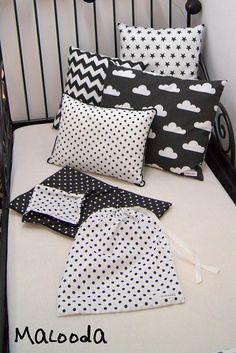 La parure de lit composée d'une housse de couette et d'une taie d'oreiller complètera joliment la chambre de votre enfant et le conduira vers les plus beaux rêves. Dimensions: Housse de couette: 120x90cm Taie d'oreiller: 60x40cm Matériaux:100% coton Couleurs: coton blanc imprimé de